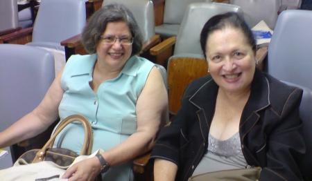 Profa. Vera Placco e Profa. Mere Abramowicz no auditório.